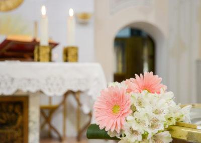 Addobbi floreali in chiesa per il funerale