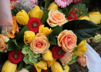 Composizione funebre tulipani gialli e rose