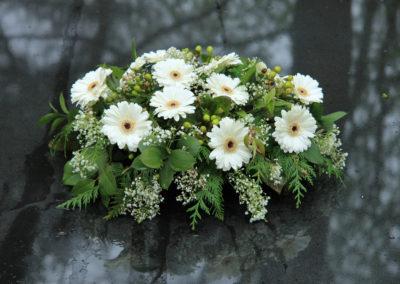 Composizione funebre di margherite bianche