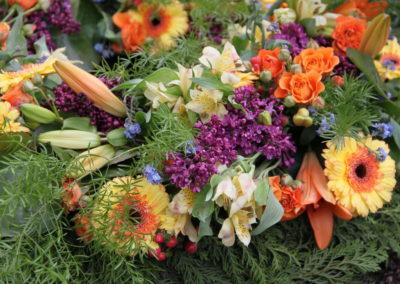Copribara floreale di crisantemi e fiori vari