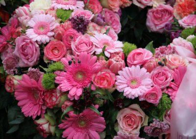 Corona rosa di margherite, rose e fiori vari