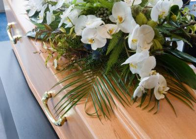Composizione floreale funebre calle e orchidee