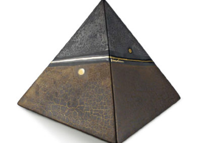 Urne in ceramica a forma di piramide, decorazione tipo a marmo e oro